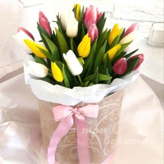 raznocvetnye-tyulpany-v-korobke